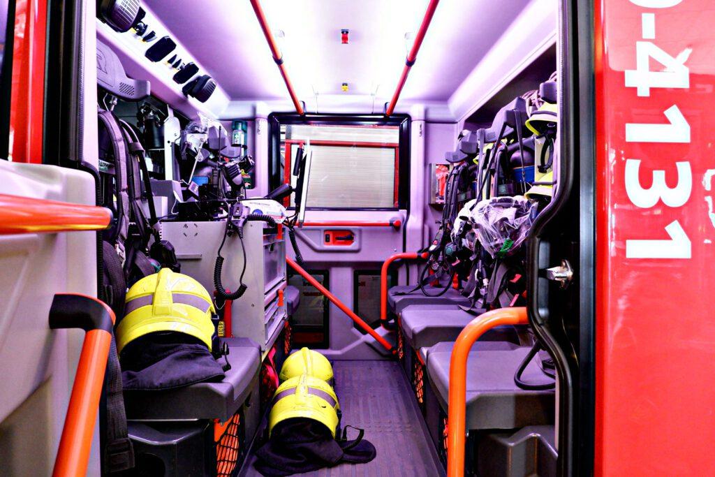 De binnenkant van een brandweerauto.