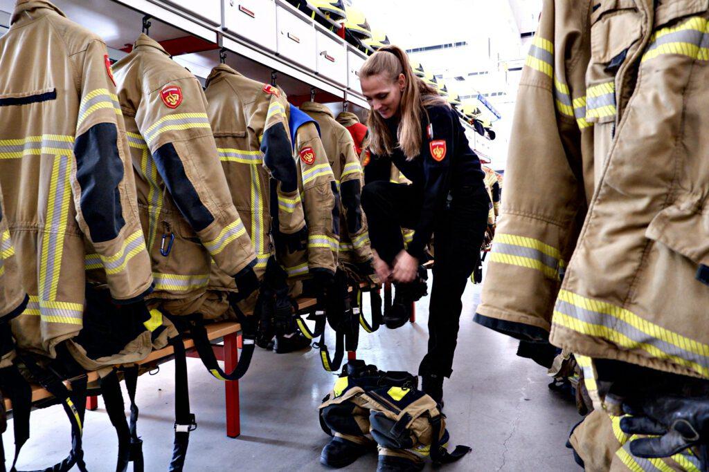 Marjolein trekt haar brandweerpak aan