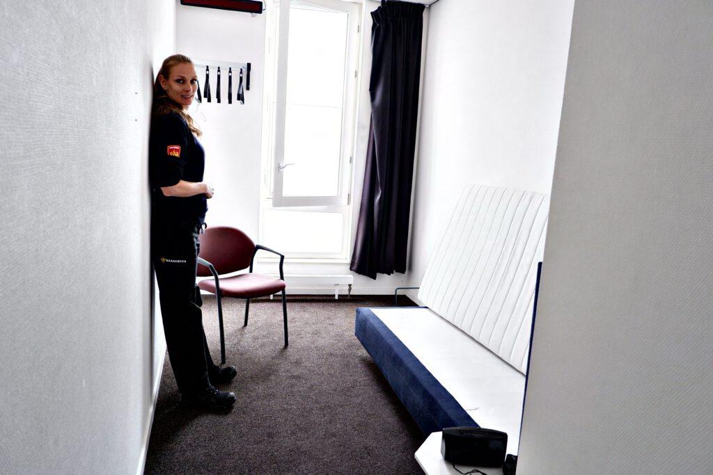 Marjolein in een slaapkamer op de brandweerkazerne in Alkmaar
